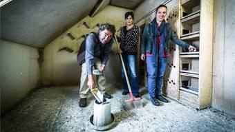 Giuseppe Graziano und Elisabeth Kaufmann (Mitte) kümmern sich um das Taubenproblem. Claudia Graziano hilft mit.Iseli