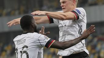 Torschütze Matthias Ginter und Vorbereiter Antonio Rüdiger freuen sich über das 1:0