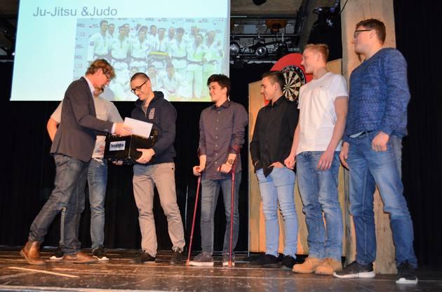 Die besten Sportlerinnen und Sportler wurden im Salzhaus Brugg in einer abwechslungsreichen Feier gewürdigt und ausgezeichnet;Jürg Baur überreicht dem Team des JJJC Brugg eine Kiste Brugger Bier für ihren SM-Rekord.