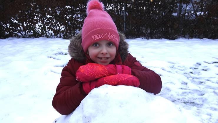 Juhuiihh! Schneehaus bauen bereitet Sara grosses Wintervergnügen.