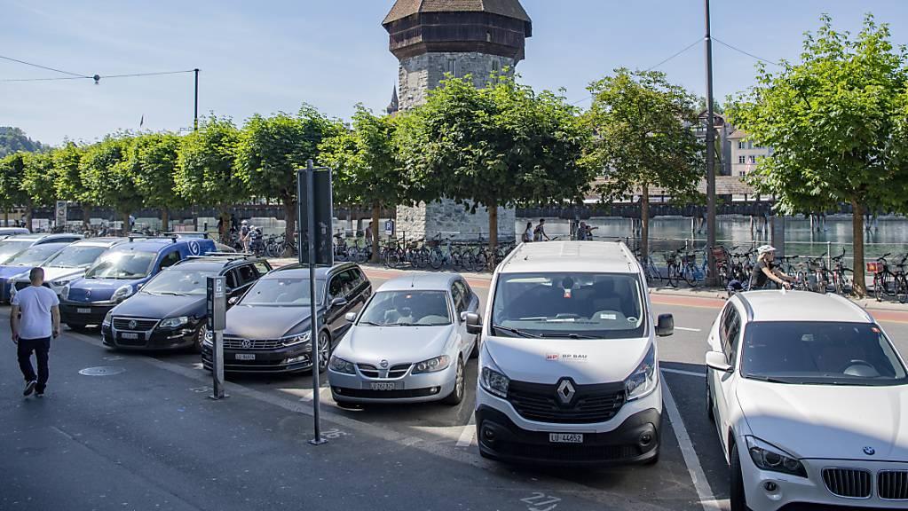 In der Stadt Luzern sollen die Parkgebühren steigen - ein neues Parkplatz-Konzept soll nun aber vors Volk kommen. (Archivbild)