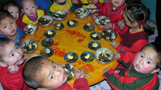 Nordkoreanische Kinder mit Essen von UNO-Hilfswerk