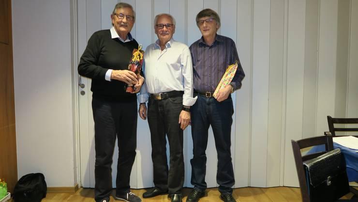 Ernst Vogel für 35 Jahre Schweizerische Chorvereinigung (links), Präsident Urs Hagmann und  Alfred Vieweg (rechts) als kantonaler Verteran.