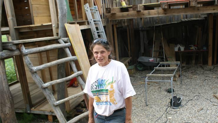 Barbara Schneider, seit 22 Jahren Chefin des Robi-Spielplatzes, ist begeistert vom gelungenen Wiederaufbau einer originellen Hüttenstadt. ach