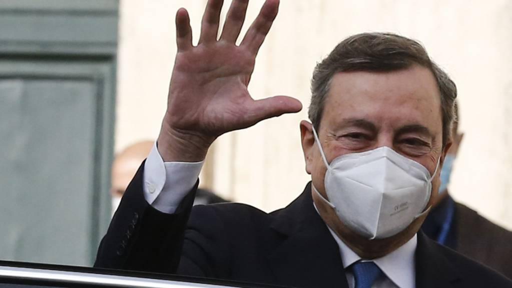 Mario Draghi, früherer Präsident der Europäischen Zentralbank (EZB), winkt beim Verlassen des Palazzo Montecitorio. Nach dem Bruch der italienischen Regierungskoalition hat Staatspräsident Mattarella dem früheren Chef der EZB das Mandat zur Bildung eines Expertenkabinetts erteilt. Draghi muss nun versuchen, in kürzester Zeit ein Kabinett zu bilden, das das Vertrauen im Parlament erreichen kann.