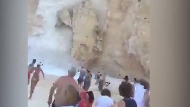 Zakynthos: Fels stürzt auf Touristenstrand