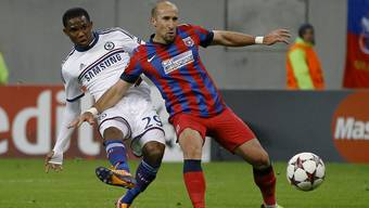 Samuel Eto'o von Chelsea schiesst an Steauas Iasmin Latovlevici vorbei Richtung Tor.