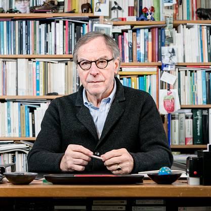 Klaus Merz in seinem Arbeitszimmer.