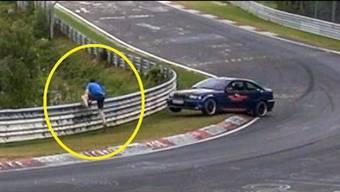 Bei Minute 1:35 wird der Mann beinahe von einem Auto erfasst.