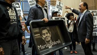 Demonstration gegen die ausbeuterische Preispolitik von Pharma-Manager Martin Shkreli. Anscheinend hat der Mann gut verdient: Jetzt ersteigerte er sich eine CD für zwei Millionen Dollar (Archiv).
