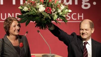 Olaf Scholz lässt sich nach dem Wahlsieg der SPD feiern