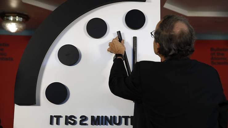 Zwei vor zwölf ist es nach Einschätzung von Wissenschaftlern, was die Gefahr eines Atomkrieges oder einer Klimakatastrophe betrifft. Im Bild die so genannte Doomsday Clock in Washington.
