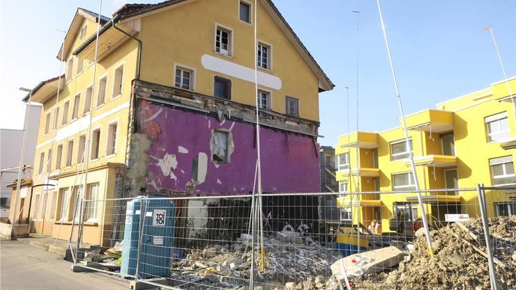 Die lila Fläche am «Rössli»-Gebäude (zuletzt eine Pizzeria) zeigt, wo bis 2015 der Kinosaal angebaut war.