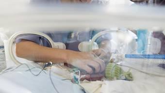 Länger Mutterschaftsgeld für kranke Babys: Das schlägt der Bundesrat vor, wenn das Kind für mehr als drei Wochen nach der Geburt im Spital bleiben muss. (Symbolbild)
