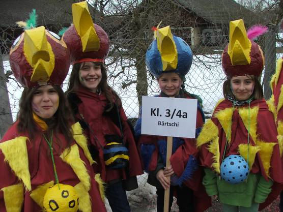 Als plappernde Papageien präsentierten sich die Schülerinnen und Schüler der Klasse 3+4a am Roggwiler Fasnachtsumzug