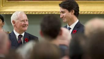Der neue kanadische Premierminister Justin Trudeau (r.) steht bei seiner offiziellen Amtseinführung in der Rideau Hall in Ottawa neben Kanadas Generalgouverneur David Johnston