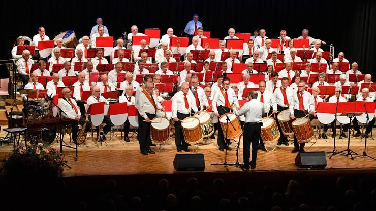 Das Veteranenspiel Kanton Solothurn mit ihrem Dirigenten Robert Grob (Mitte) erhielt viel Applaus für das Konzert.