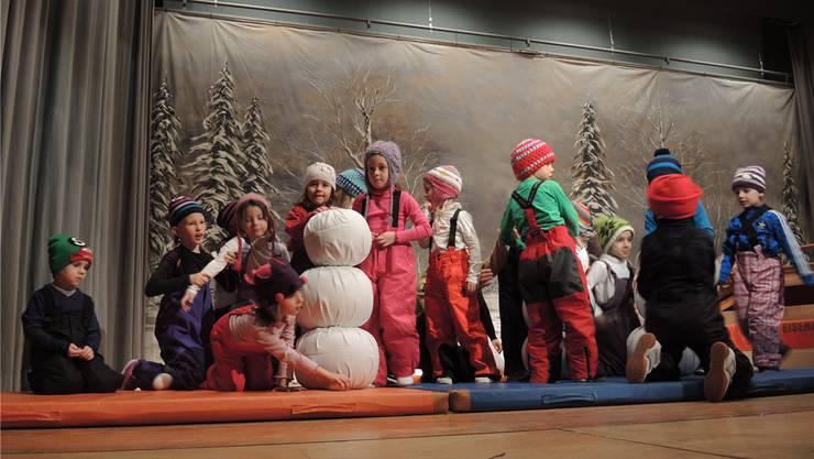 Die Knaben und Mädchen des Kinderturnens präsentieren ihren Schneeplausch auf den Matten.