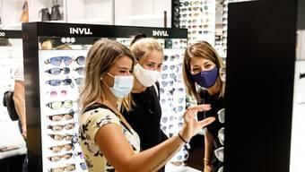 Seit September gilt in der Schweiz die Maskenpflicht in öffentlich zugänglichen Innenräumen von Einkaufsläden und -zentren. (Archivbild)