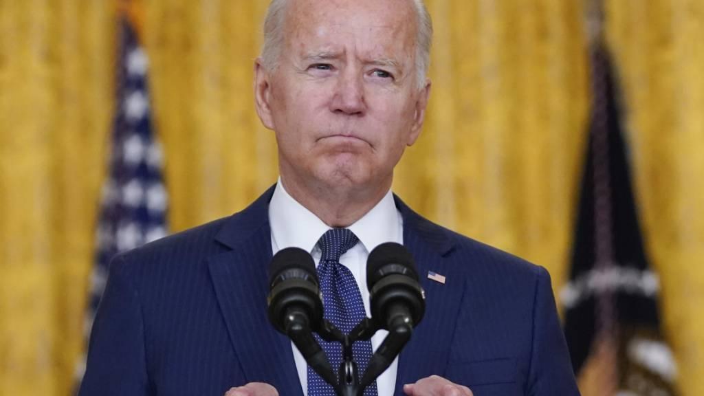 US-Präsident Joe Biden ballt die Fäuste. Foto: Evan Vucci/AP/dpa