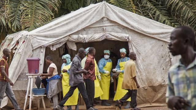 Screening für den Ebola-Virus vor einem Spital in Sierra Leone