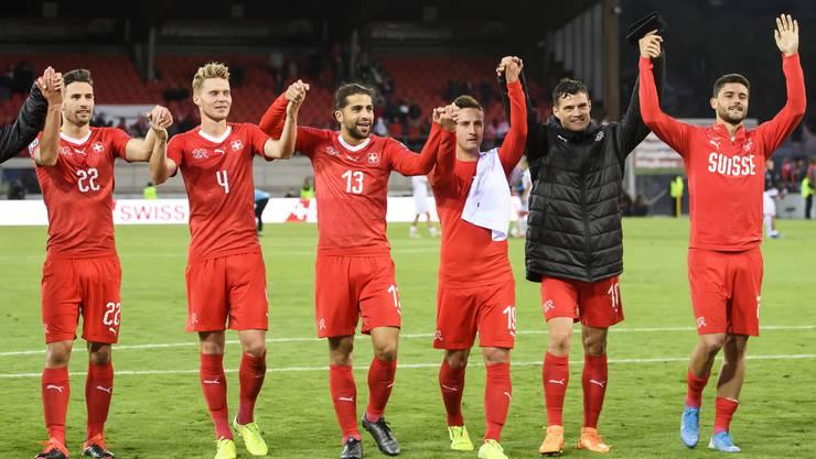 Die Schweizer feiern mit ihren Fans den Pflichtsieg über Gibraltar.