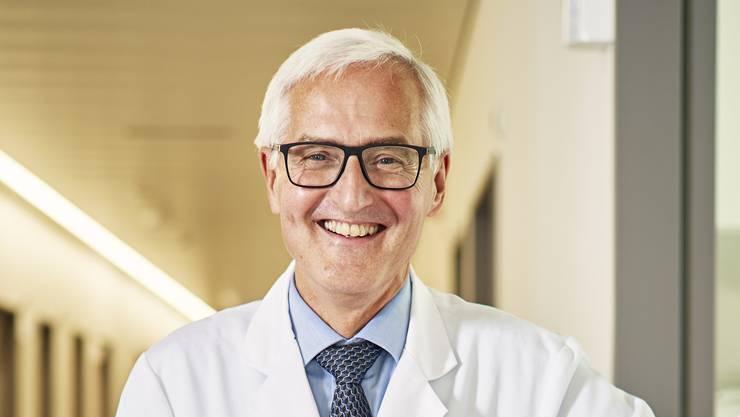 30 Jahre im Dienste des «Limmi» Im Spital Limmattal ging Ende Juli eine Ära zu Ende. Basil Caduff wurde pensioniert. Er arbeitete über 30 Jahre im «Limmi», zunächst zwei Jahre als Oberarzt, danach sechs Jahre als Leitender Arzt und Chefarzt-Stellvertreter. Seit 1996 leitete er die Geschicke des Spitals als Chefarzt der medizinischen Klinik. Dabei hatte der 65-Jährige so einige Herausforderungen zu meistern. So etwa 2003, als das «Limmi» finanziell in Schieflage geriet und es zu rund 30 Entlassungen kam oder 2010, als es Bestrebungen gab, das Spital zu privatisieren. Jahrelang begleitet und geprägt hat Caduff den Neubau des Spitals. Der Umzug vom alten ins neue «Limmi» erfolgte Ende 2018. (sib)