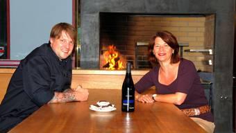 Küchenchef Lennart Erwig und Gastgeberin Jeannette Zehnder mit «Ein Stein» und Nobel-«Bicker» vor dem neuen argentinischen Grill. trö