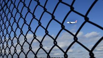 Ein Flugzeug der Swiss am Flughafen Zürich Kloten (Symbolbild)