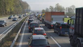 Stau auf der A1 wegen umgekipptem Anhänger (Symbolbild)