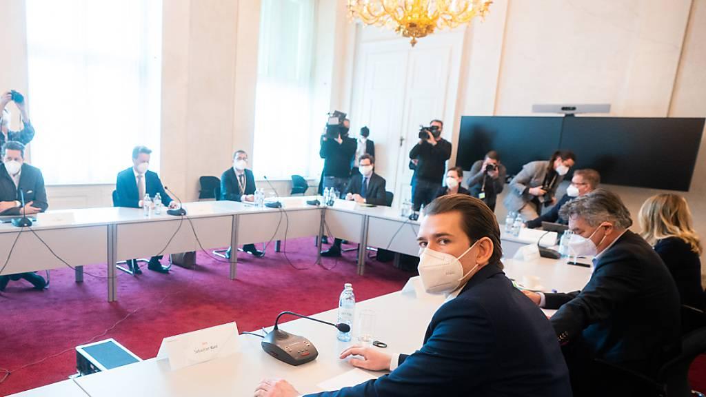 Kanzler Kurz (vorne l) und andere Mitglieder der österreichischen Regierung kommen in Wien zusammen. Foto: Georg Hochmuth/APA/dpa