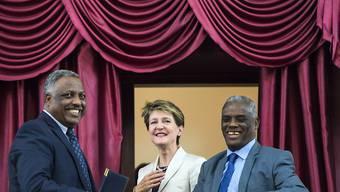 """Bundespräsidentin Simonetta Sommaruga unterhält sich nach ihrer Rede im Parlament mit dem Sprecher des Repräsentantenhauses, Aba Dula Gemeda (links), und mit Yalew Abatenach, dem Sprecher der kleinen Kammer, dem sogenannten """"House of Federation""""."""