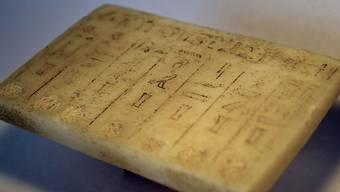 Die rund 4000 Jahre alte Tafel wurde am Mittwoch der ägyptischen Botschaft in Bern übergeben.