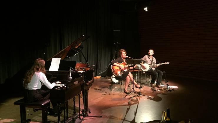 In schummrigem Licht spielt das Trio alte Schweizer Lieder