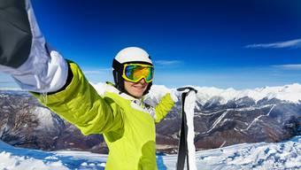 Wintersportler posieren nicht nur vor Bergkulisse, sie gehen dafür immer mehr waghalsige Aktionen ein.