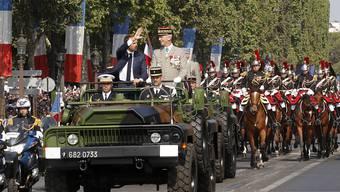 Frankreichs Präsident Emmanuel Macron und Generalstaabschef François Lecointre eröffnen in Paris die Militärparade zum Nationalfeiertag.