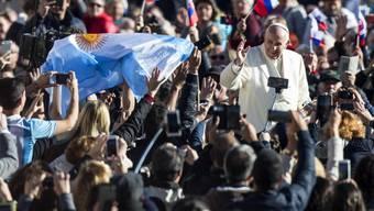 Der Papst inmitten von Gläubigen - und Handys. An seiner Audienz rief er die Gläubigen auf, während des Gottesdienstes nicht ihre Handys zu zücken.