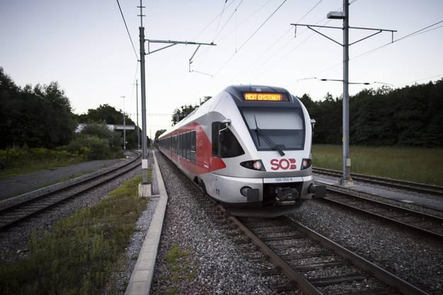 Ein Video zeigt, wie der mit einem Messer bewaffnete Beschuldigte, ein 27-jähriger Schweizer, eine brennbare Flüssigkeit ausschüttet. Durch das Entzünden der Flüssigkeit und durch das Messer wurden fünf Passagiere sowie der Beschuldigte selber verletzt.