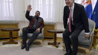 Steven Seagal (l) und der serbische Premierminister Aleksandar Vucic Anfang Dezember in Belgrad (Archiv).