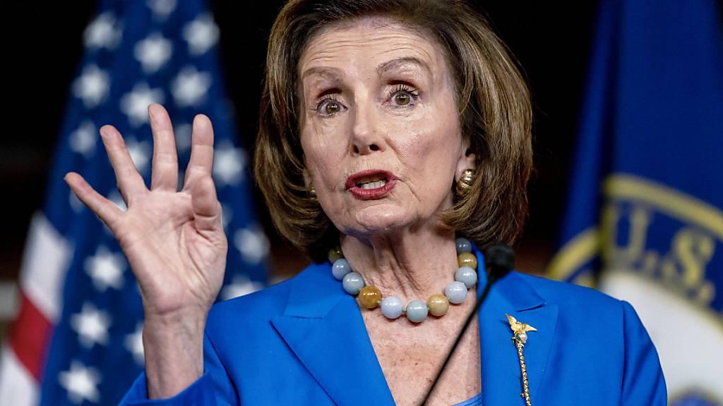 Nancy Pelosi, Sprecherin des US-Repräsentantenhauses, spricht bei ihrer wöchentlichen Pressekonferenz im Kapitol. Foto: Andrew Harnik/AP/dpa