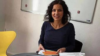 Packt ein: Gabriela Suter beim Vorbereiten des Wahlmaterials.