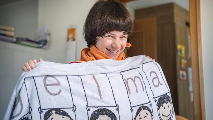 Ramona mit einem Badetuch des Vereins Angelmann Schweiz.