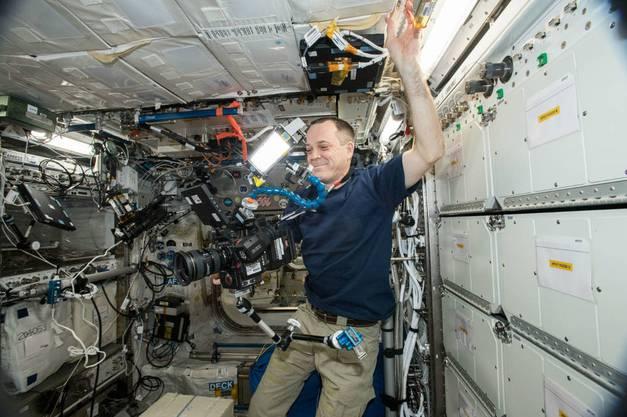 Astronaut Ricky Arnold filmt mit der 8K-Kamera.