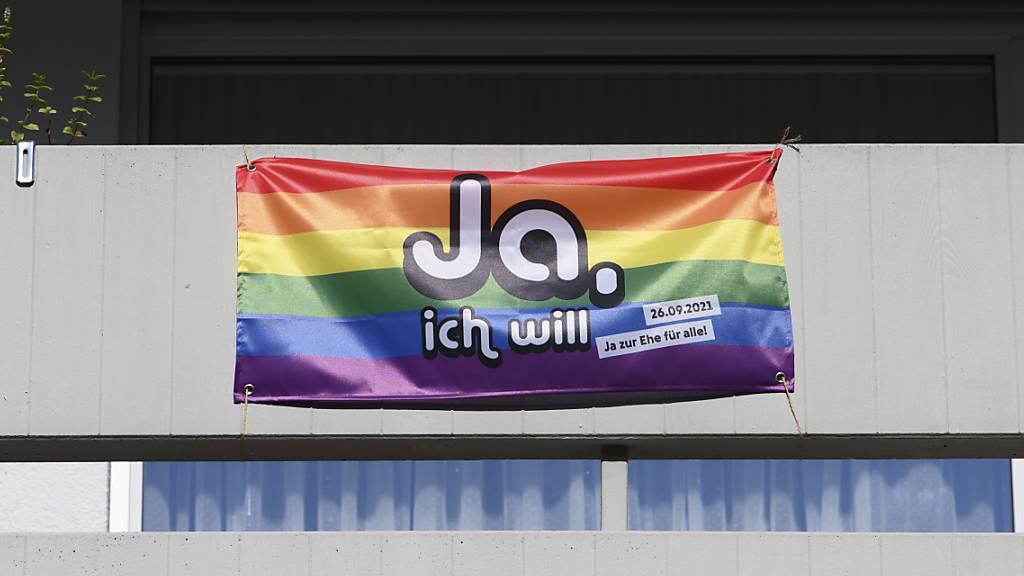 Künftig können in der Schweiz auch schwule und lesbische Paare zivil heiraten. Die Stimmbevölkerung hat der «Ehe für alle» mit einer knappen Zweidrittelsmehrheit zugestimmt. (Archivbild)