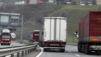 Ein Lastwagen überholt einen anderen. (Symbolbild)
