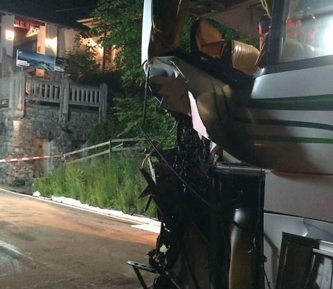 Beim Zusammenprall mit einem ICE der Deutschen Bahn ist der Reisecar am hinteren Teil schwer beschädigt worden. Beim Unfall in Interlaken wurden mehrere Personen verletzt.