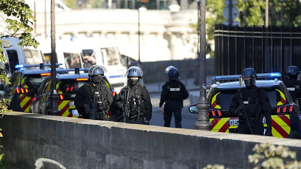 Sicherheitskräfte patrouillieren vor dem Justizpalast in Paris, in dem der Prozess um die Attentate vom 13. November 2015 stattfindet. Foto: Francois Mori/AP/dpa