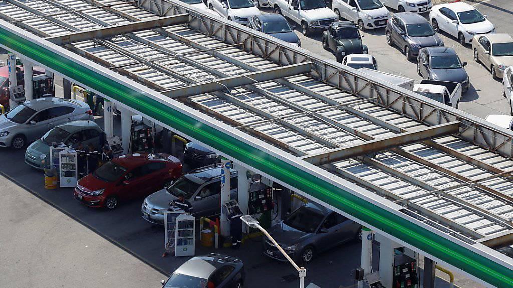 In Mexiko hat eine Änderung im Verteilsystem von Benzin zu Engpässen an Tankstellen und Hamsterkäufen geführt.