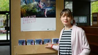 Yvonne Büdenhölzer, Leiterin des 54. Berliner Theatertreffens, steht vor dem Plakat der Veranstaltung im Haus der Berliner Festspiele. Das Basler Theater hat das Festival am 6. Mai 2017 erfolgreich eröffnet. (Archiv)