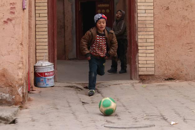 In der chinesischen Stadt Kashgar: Der Ball interessiert überall, über Fussball kann man auch sprechen, wenn man die Sprache nicht kann
